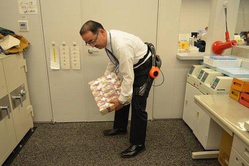 Банковские служащие нужаются в экзоскелетах для переноски тяжелых пачек купюр