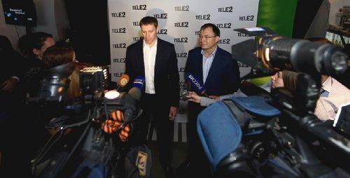 Сергей Эмдин, генеральный директор Tele2 и Антон Кондратов, директор иркутского филиала Tele2