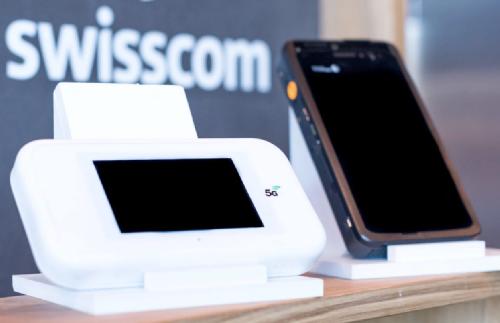 Устройство в белом пластиковом корпусе - это CPE 5G WNC MWH-5, справа - действующий прототип смартфона 5G