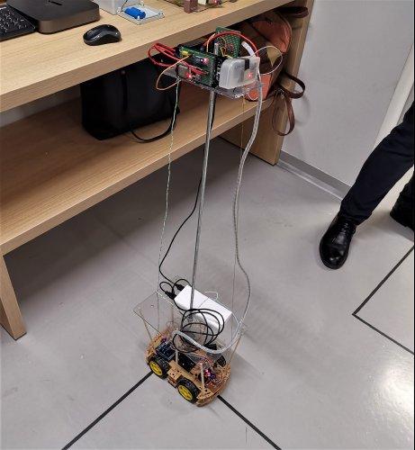 Этот прототип робота умеет ездить по нарисованным для него на полу линиям и измерять напряженность электромагнитного поля