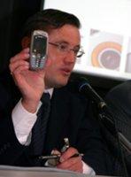 Сергей Яковлев, директор подразделения мобильных и беспроводных телефонов Siemens mobile демонстрирует новинку Siemens